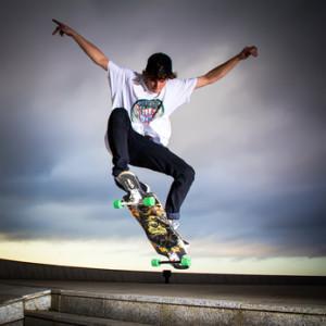 Wie man Longboard-Tricks erlernt – sportliche Herausforderungen auf Rollen